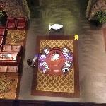 Aussicht vom 1. Stock auf die gemütlichen Sitze in der Lobby.