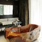 Bañeras esculpidas en una sola pieza de caldén