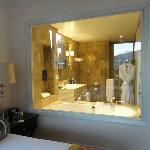 la parete a vetrata del bagno