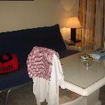 salón con mesa 4 sillas y sofa cama