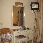 escritorio y tele de la habitacion