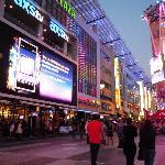 華やかな夜のL.Aライヴ・ストリート。レストラン街の中央にウルフギャングの店が見える。