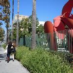 美術館は広大な敷地内に建てられている。周辺のアート作品を見て歩くのは疲れるが、楽しい。