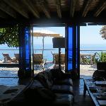 Marvelous indoor-outdoor living with great views ...