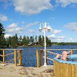 Bastuflotten med vildmarksbadet Kerstins Udde Spa och restaurang på udden i bakgrunden