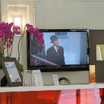 Televisión detrás del mostrador de recepción, proyectando Vertigo
