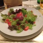 Venere rossa..cipolla al forno ripiena di gorgonzola con pomodori e lattughina