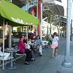 フローズン・ヨーグルトとアイスクリームの店。人気店である。