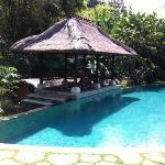 petite piscine situe en contre-bas de la salle de restauration!!