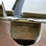 luxefortwo.eu: In dieses dreckige Loch mußte man greifen, um die Balkontür der Suite zu schließe