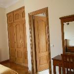 номер - и дверь в ванную