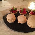 Mignardises sucrées : Macarons à la vanille, tartelettes aux framboises