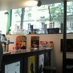 Bar avec fênetres sur la rue Brochant