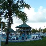 la piscina con bar e grill