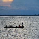 iedere ochtend en avond gaan de mensen uit het dorp om de hoek met de boot vissen of boodschappe