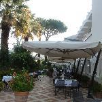 Petit-déjeuner en terrasse, au paradis