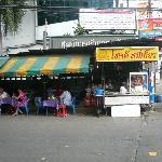 ホテルの近所のタイラーメン屋。30Bで食べられる。この周辺は物価が安い。
