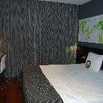Chambre avec lit spacieux