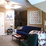 Huguenot Knight Suite Living Room w/Futon