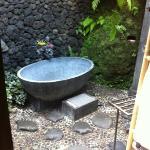 la salle de bain semi-extérieure (chambre Saraswati)