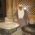 Signora giordana che cuoce il pane
