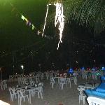 tous les soirs, quand le temps le permet, le personnel installe le restaurant sur la plage