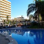 la piscine et la façade de l'hôtel
