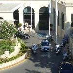 Devant l'entrée de l'hôtel