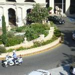 Un défilé de voitures officielles