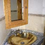 Das Badezimmer mit Messingbecken
