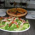 pizza servida em pedra sabão