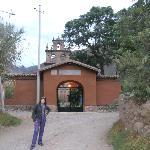Camino y Puerta de entrada al complejo