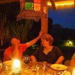 Len und Sabine beim Gespräch nach dem Abendessen auf der Veranda.
