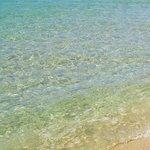 la spiaggia con l'acqua cristallina