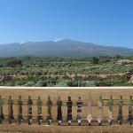 Udsigten til Etna fra fællesterassen og ganske få værelser