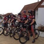 groepjes fietsers met extra opbergruimte voor de fietsen