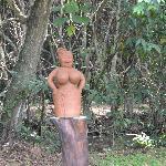 Beeld van Myrjam in de tuin