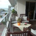 gezellige zeteltjes op het kleine terras van het restaurant