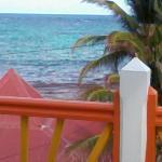 la vue depuis le balcon (maison à côté de la mer)