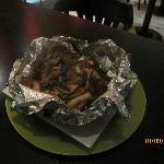 Butteriaki ebi (camarão, cogumelos e cebolinha envoltos no papel alumínio)