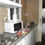 """Tekøkken med køleskab og """"udsigt"""" til et patio"""