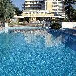 piscina per il nuoto e struttura dal retro