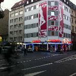 en bas a gauche l'hotel, parfaitement entoure de sex shop
