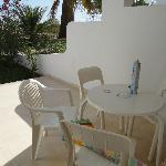Terrasse mit kleinem Tisch und Stühlen.