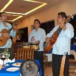 el trio el mariachi y la mariba muy buenos