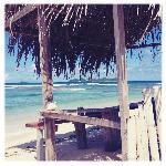Die Hütte am Strand, wo man etwas Schatten findet