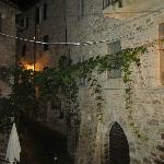 dalla nostra stanza si vedeva questo incantevole vicolo di Assisi