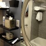 banheira, amenities muito bons e muitas toalhas
