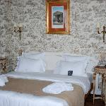 King Bed, Toile fabric walls
