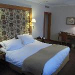 une chambre au décor chaleureux
